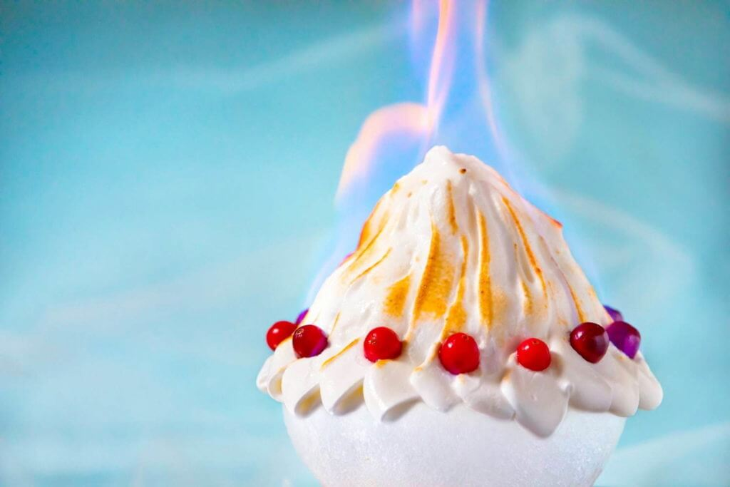星野リゾート トマムの『かき氷に火が灯る チョコレート焼き氷』