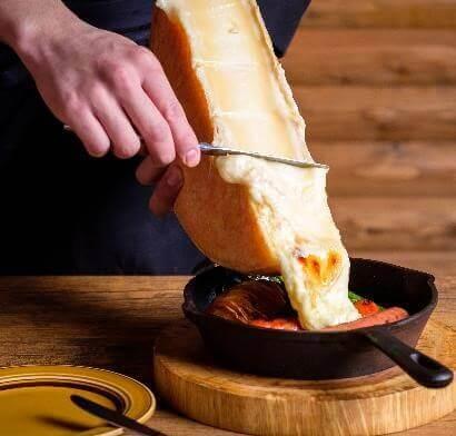 大迫力の滝のように流れるラクレットチーズ